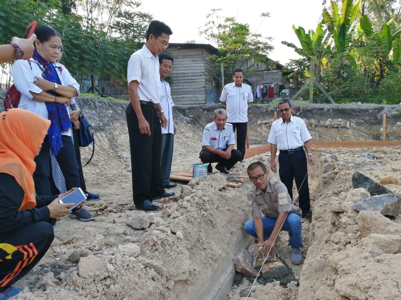 Ketua Komite SMK Negeri 1 Pangkalan Bun, Irwanudin,SH turut meletakkan batu pertama bangunan RPS, Lap dan Toilet